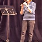 Frau Juhre mit Blockflöte